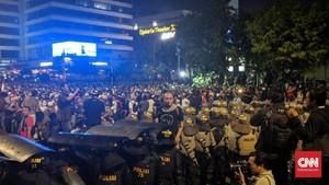 Aksi Bawaslu Bubar, Massa dan Polisi Saling Lambaikan Tangan