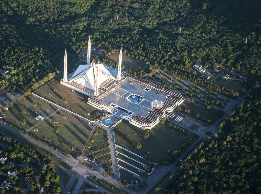 Pembangunan Masjid Faisal didanai oleh Pemerintah Arab Saudi dan menelan biaya lebih dari 130 juta riyal Saudi. Jumlah yang tentunya tak sedikit untuk membangun sebuah masjid yang tak hanya megah tapi juga unik. Dok. Wikipedia/Ahmed Iftikhar Sarmad.