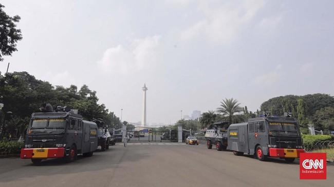 Aparat keamanan berjaga di depan Istana Negara, Jakarta, Senin (20/5). Status siaga I itu merupakan situasi di mana pihak kepolisian menugaskan 2/3 kekuatannya dan meningkatkan kewaspadaan. (CNN Indonesia/Adhi Wicaksono)