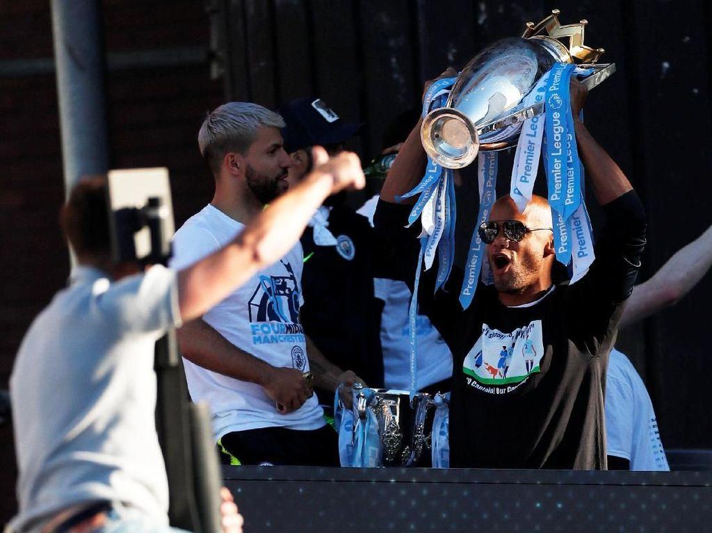 Man City memamerkan salah satu trofi yang digapai.Mereka menyapu bersihempat trofi di Inggris, Vincent Kompany mengangkat trofi Liga Inggris. (Foto: Lee Smith/Action Images via Reuters)