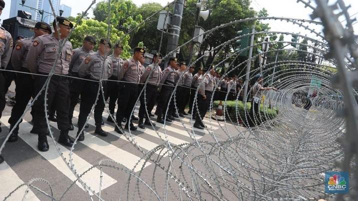 Sejumlah polisi bersenjata terus bersiaga di sekitar gedung Komisi Pemilihan Umum (KPU) setelah penetapan hasil rekapitulasi nasional Pemilu 2019.