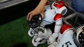 Federasi RoboCup bertujuan untuk menciptakan tim sepak bolat robot humanoid pada 2050 yang sesuai dengan regulasi FIFA. (REUTERS/Jason Lee)
