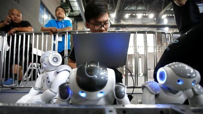 China menyelenggarakan turnamel sepak bola khusus robot 'RoboCup Asia-Pacific Tianjin Invitational Tournament' pada 17-18 Mei 2019. (REUTERS/Jason Lee)