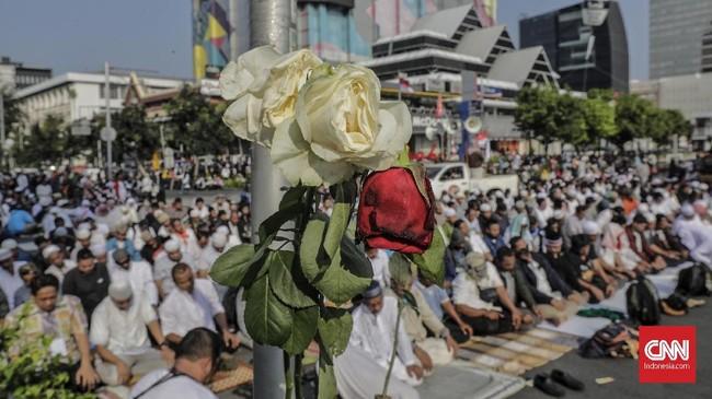 Massa selesai melakukan salat berjemaah di sela-sela aksi mereka di depan gedung Bawaslu RI, Jakarta Pusat, 21 Mei 2019. (CNN Indonesia/Adhi Wicaksono)