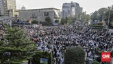 Massa dari Gerakan Nasional Kedaulatan Rakyat (GNKR) menyemut di seberang kantor Bawaslu RI yang berada di Jalan MH Thamrin,Jakarta Pusat, 21 Mei 2019. Pendukung paslon nomor urut 02 Prabowo Subianto-Sandiaga Uno ini memprotes hasil pemilu yang telah diumumkan KPU. (CNN Indonesia/Adhi Wicaksono)