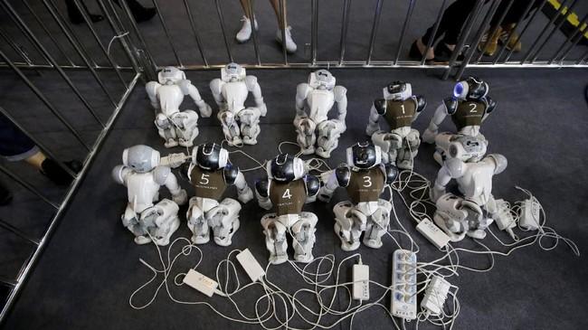 Sejak digelar pertama kali pada 1997, peserta kompetisi sepakbola robot humanoid terus bertambah. (REUTERS/Jason Lee)