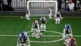 Layaknya atlet sungguhan, robot-robot ini gesit dalam mengolah, menggiring dan menggocek bola hingga membobol gawang lawan. (REUTERS/Jason Lee)
