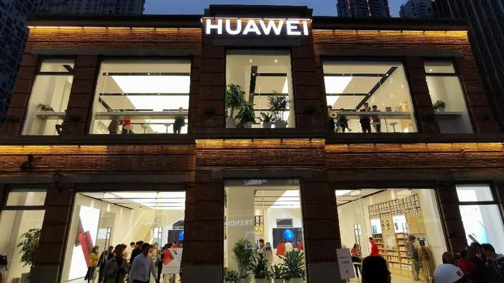 Pemerintah Amerika Serikat (AS) sementara waktu melanggarkan sanksi pembatasan bisnis Huawei untuk meminimalkan gangguan bagi para pelanggannya.