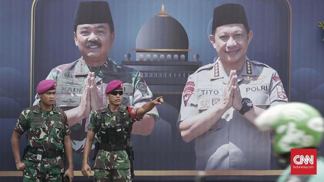 TNI Marinir berjaga di seputar Komisi Pemilihan Umum (KPU) Pusat, Jakarta, Selasa, 21 Mei 2019. Pasca pengumuman hasil rekapitulasi pemilu 2019 oleh KPU, penjagaan keamanan Jakarta dijaga ketat. CNNIndonesia/Safir Makki