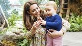 Kate Middleton dengan bangga menunjukkan hasil desainnya kepada anak-anaknya. Mereka terlihat bahagia bermain di taman. (Matt Porteous/PA Wire)