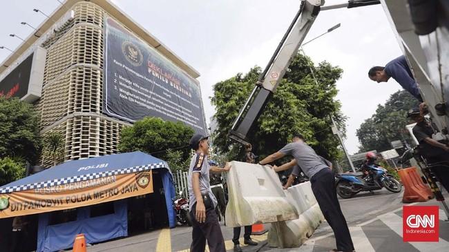 Petugas memasang barikade beton di depan Gedung Bawaslu, Jakarta, Selasa (21/5). Barikade itu dirancang sebagai antisipasi massa yang beraksi mendemo KPU/Bawaslu. (CNN Indonesia/Adhi Wicaksono)