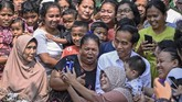 Jokowi mengatakan bakal meminta izin terlebih dahulu kepada Gubernur DKI Jakarta Anies Baswedan untuk melanjutkan pembangunan Kampung Deret, di Johar Baru. (ANTARA FOTO/Puspa Perwitasari/foc)