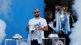 Sergio Aguero membawa trofi Piala Liga Inggris ketika berada di atas panggung. (Action Images via Reuters/Lee Smith)