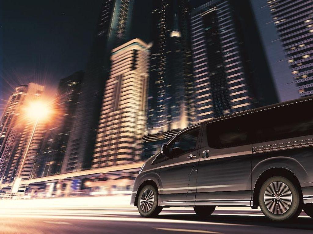 Granvia akan ditawarkan dengan powertrain terbaru yakni fuel-efficienct turbodiesel. Namun memang belum dicantumkan secara rinci konsumsi bahan bakar dari mobil bongsor mewah tersebut. Pool/Toyota Motor Corporation.