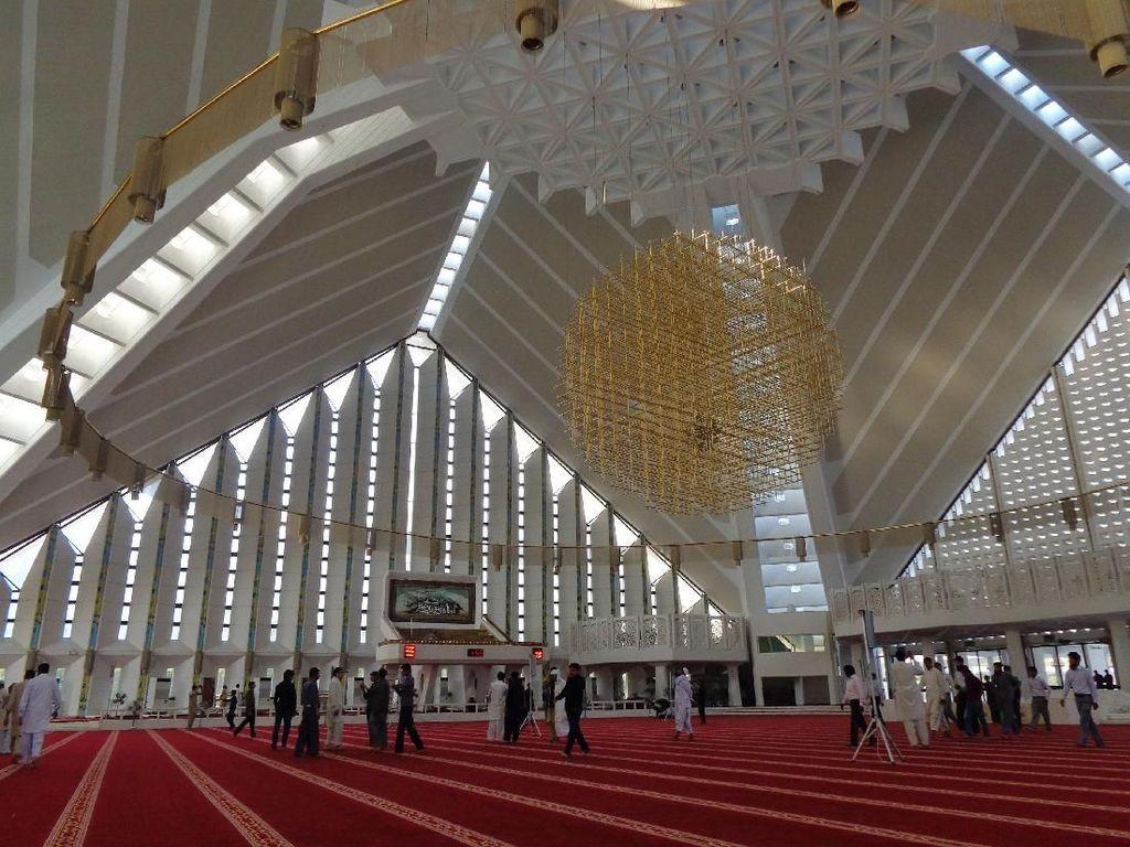 Tak seperti masjid tradisional, Masjid Faisal memiliki bentuk yang unik dan kental dengan gaya arsitektur kontemporer. Perpaduan gaya Asia Selatan, Arab, dan Turki juga menjadikan masjid ini sebagai salah satu masjid terindah dan terunik yang ada di dunia. Dok. Wikipedia/Hamza440.