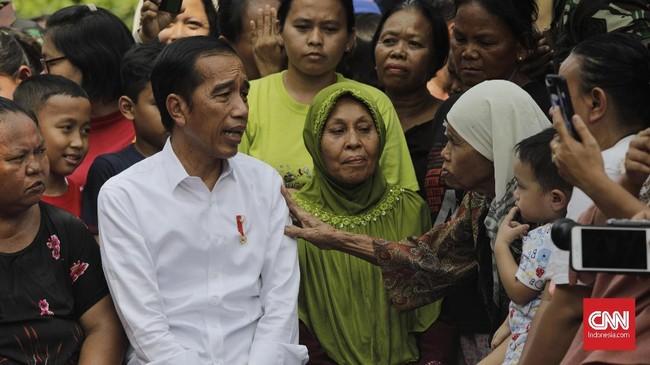 Jokowi) memiliki alasan tersendiri memilih Kampung Deret sebagai lokasi pidatokemenangan. Ia mengaku ingin sekaligus meninjau lokasi Kampung Deret yang dirinya bangun saat masih menjabat gubernur DKI Jakarta periode 2012-2017.(CNN Indonesia/Adhi Wicaksono)