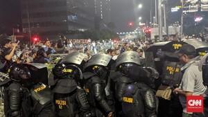 Tanpa Dibubarkan Paksa, Massa Aksi di Bawaslu Mundur