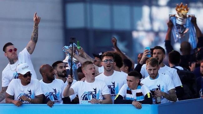 Skuat Manchester City berpawai menempuh rute dari balai kota Manchester hingga katedral Manchester. (Action Images via Reuters/Lee Smith)