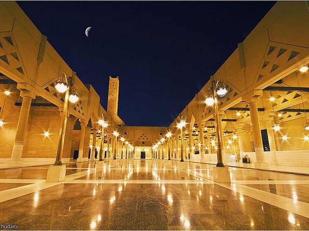 Masjid Faisal pun pernah menjadi masjid terluas di dunia pada kurun waktu 1986 hingga 1993. Masjid ini pun masih menjadi salah satu masjid yang paling luas yang berada di Asia Selatan. Dok. www.atlasobscura.com.