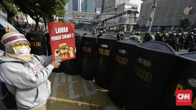 Personel TNI-Polri dari berbagai kesatuan disebar ke sejumlah titik dan objek vital di Jakarta guna membantu pengamanan Ibu Kota saat pengumuman hasil Pemilu 2019, termasuk pula di kawasan sekitar Bawaslu RI, 21 Mei 2019. (CNN Indonesia/Adhi Wicaksono)
