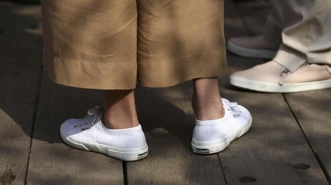 Ini bukan pertama kalinya Kate memakai sepatu putih Superga. Ini adalah salah satu sepatu favoritnya, Superga 2750 Cotu Classics yang dijual dengan harga 44 poundsterling. (Yui Mok/Pool via REUTERS)