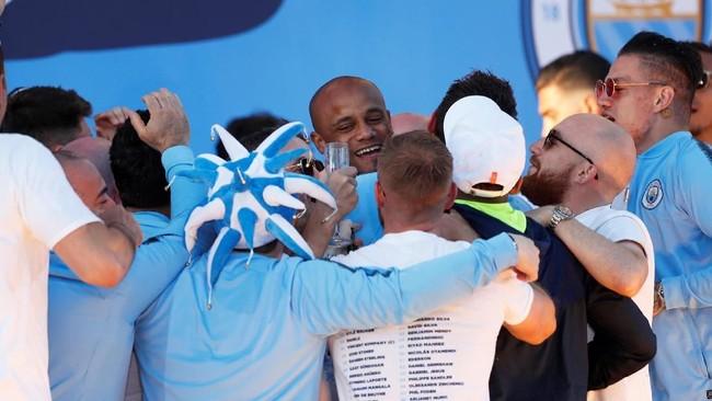 Pemain-pemain Manchester City mengerumuni Vincent Kompany yang akan hengkang dan bergabung ke Anderlecht pada musim mendatang. (Action Images via Reuters/Lee Smith)
