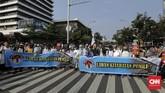 Massa yang beraksi di depan Bawaslu menuding ada kecurangan dalam pelaksanaan Pemilu 2019 yang dilakukan secara terstruktur, sistematis, dan masif untuk memenangkan capres petahana Joko Widodo (Jokowi).(CNN Indonesia/Adhi Wicaksono)