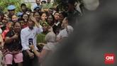 Jokowi mengaku saat berbincang dengan masyarakat sebelum menyampaikan pidato, mereka ingin pembangunan Kampung Deret dilanjutkan. Ia pun menyanggupi untuk melanjutkan pembangunan Kampung Deret tersebut. (CNN Indonesia/Adhi Wicaksono)