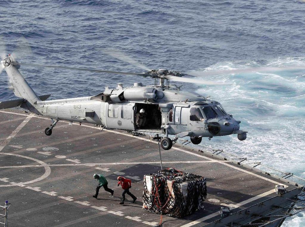 Helikopter Sea Hawk mengantar kargo. Foto: Reuters