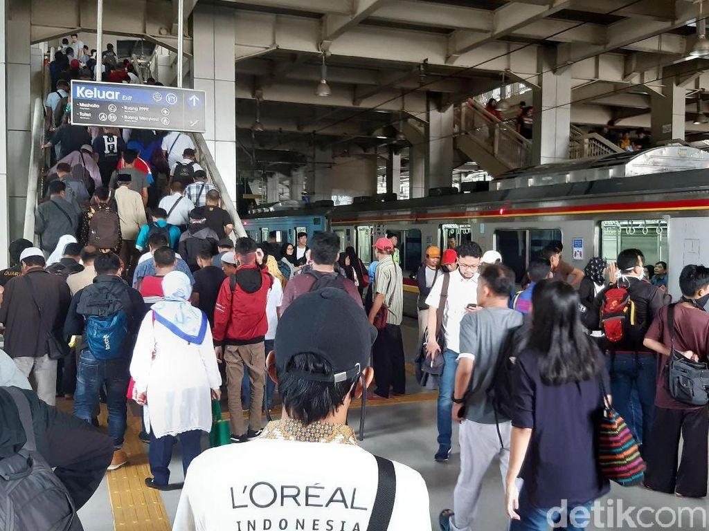 Vice President Corporate Communication PT KCI Anne Purba mengatakan penumpang dengan tujuan Stasiun Palmerah bisa turun di Stasiun Kebayoran.