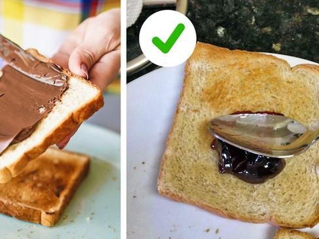 Ternyata lebih baik menggunakan sendok dari pada pisau untuk mengoles roti. Selain lebih mudah, sendok tidak akan menggores roti. Foto: Brightside