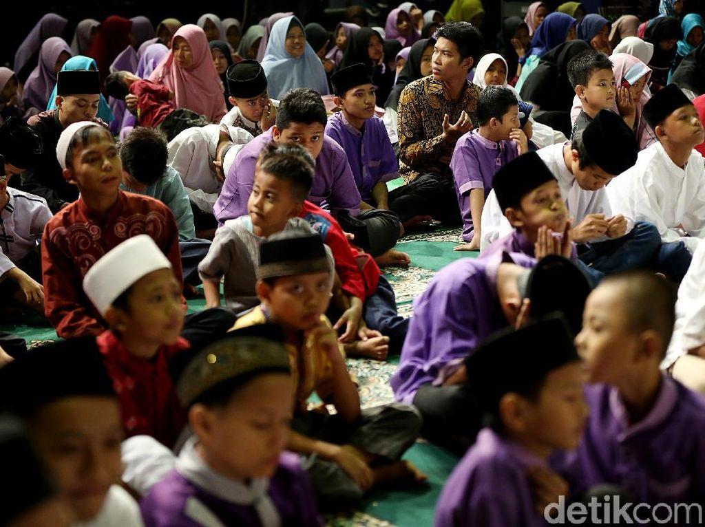 Senyum manis anak-anak yatim piatu ini membuat suasana menjadi sejuk.