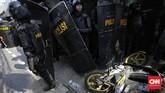 Bentrokan antara massa dengan polisi di Kota Bambu Selatan, Jakarta, 22 Maret 2019. (CNN Indonesia/Adhi Wicaksono)