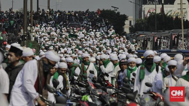 Ratusan orang dari Majelis Zikir Assamawaat Al Maliki berdatangan untuk menenangkan massa yang berunjuk rasa. (CNN Indonesia/Adhi Wicaksono)