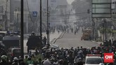 Bentrokan antara polisi dengan massa Aksi 22 Mei pecah di Kota Bambu Selatan, Jakarta, Rabu (22/5). (CNN Indonesia/Adhi Wicaksono)
