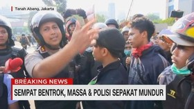 VIDEO: Sempat Bentrok, Massa & Polisi Sepakat Mundur
