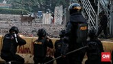 Bentrokan antara aparat dengan massa terjadi di sekitar Jalan Wahid Hasyim - KH Mas Mansyur-Tanah Abang, Jakarta, Rabu, 22 Mei 2019. (CNN Indonesia/Andry Novelino)