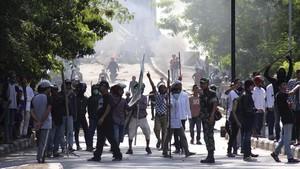 FOTO: Massa Bakar Pos Polisi di Pontianak