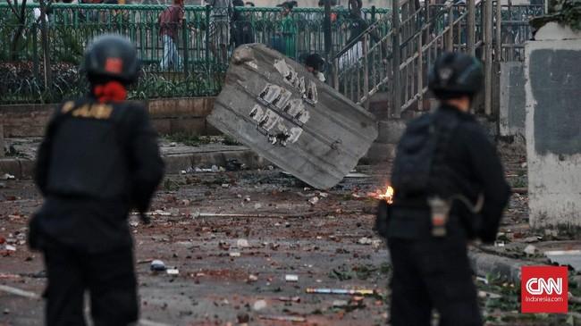Bentrokan terpusat di persimpangan jalan Wahid Hasyim - Mas Mansyur. Tepat berada di depan Blok A Pasaraya Tanah Abang. Massa meladeni aparat dengan sengit. Bukan hanya batu, kini aparat dihujani mercon yang memekakkan telinga. (CNN Indonesia/Andry Novelino)