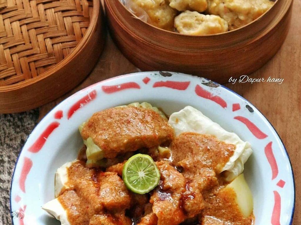 Siomay dengan campuran tahu putih dan pare yang dikukus enak dijadikan menu buka puasa. Bumb kacang gurih dan pedas dengan perasan jeruk limau terasa nikmat. Foto: Instagram@dapur_hany