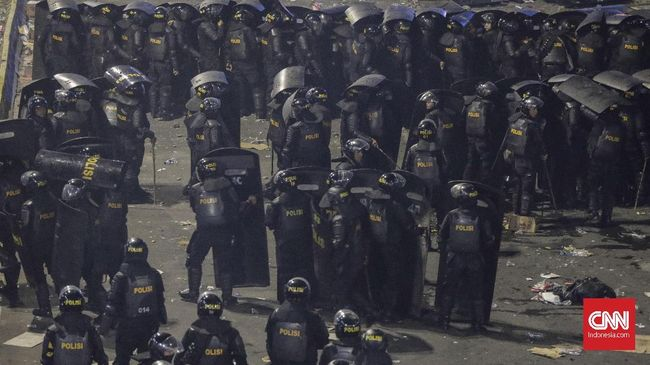 Polisi Bubarkan 'Penonton' Kerusuhan di Pelataran Sarinah