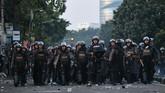 Menurut laporan CNN Indonesia TV, pihak kepolisian pun masih berjaga di sekitar asrama Brimob Petamburan pada Rabu (22/5) pagi. Aparat pun mendapat lemparan batu dari Gang Petamburan V, Jalan KS Tubun Raya. (ANTARA FOTO/Sigid Kurniawan)