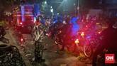 Di Pasar Tanah Abang massa sempat membakar sejumah benda untuk menghalangi laju petugas sambi terus melempar ke arah petugas.(CNN Indonesia/Bintoro Agung Sugiharto)