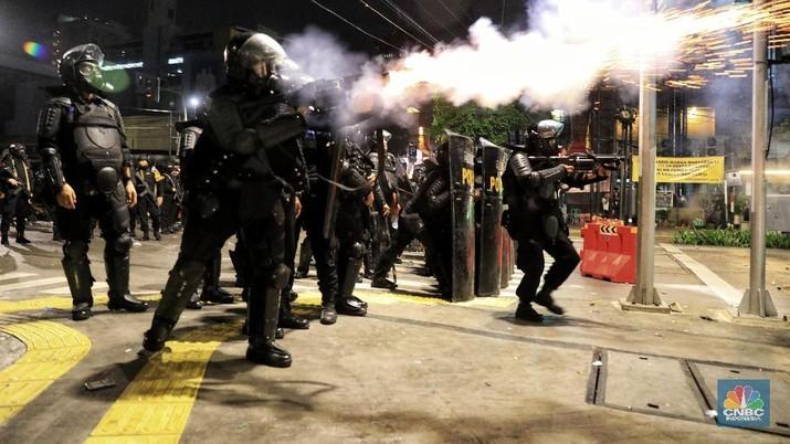 Pakai Gas Air Mata, Polisi Bubarkan Pemicu Kericuhan Jakarta