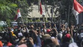 Petugas kepolisian membentuk barikade saat kerusuhan di Jalan Jati Baru Raya, Tanah Abang, Jakarta, Rabu (22/5/2019). (ANTARA FOTO/Hafidz Mubarak A)