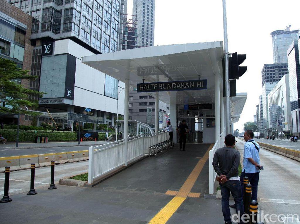 Beberapa toko dan perusahaan bisnis di Ibu kota banyak yang memilih untuk menghentikan aktivitasnya demi keamanan. Bahkan untuk transportasi massa MRT dan TransJakarta pun harus merubah rutenya.