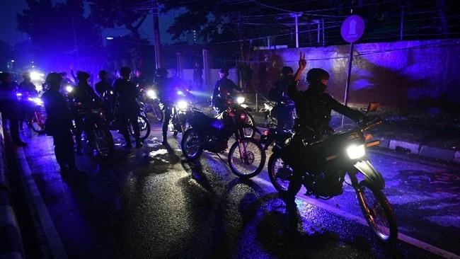 Polisi melakukan patroli di sekitar Komplek Asrama Brimob, Petamburan, Jakarta, Rabu (22/5).