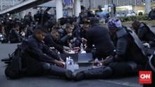 Secuil Canda Aparat Di Sela Lelah Menjaga Kerusuhan 22 Mei