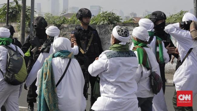 Jemaat menyalami para personel Brimob.(CNN Indonesia/Adhi Wicaksono)