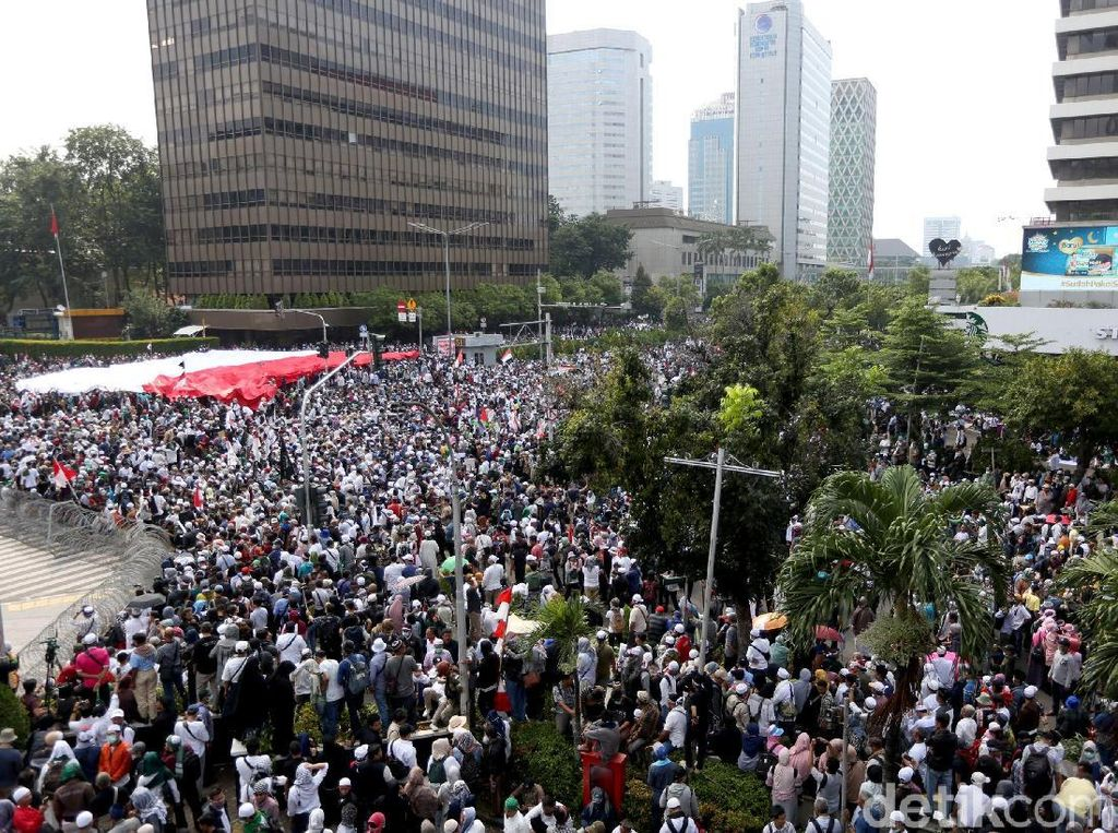Massa aksi terlihat berkumpul di depan kawasan Sarinah, tepatnya di perempatan jalan MH Thamrin seberang Bawaslu.